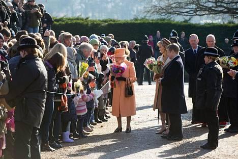 Yleisöllä on ollut mahdollisuus tervehtiä kuningatar Elisabetia St Paulin kirkon edustalla, Sandringhamissa.