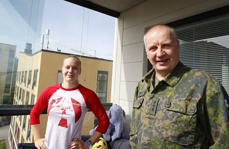 Uimari Ida Hulkko ja maavoimien komentaja Petri Hulkko uskovat sotilaalliseen ryhtiin. Petrin musikaalinen serkku Antti on paremmin tunnettu nimellä Andy McCoy.