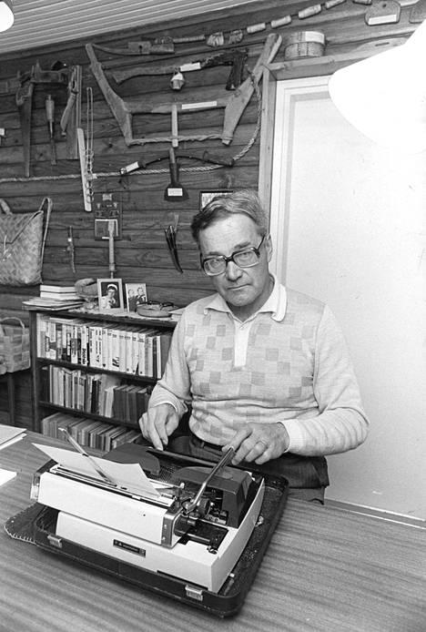 Kirjailija työssään vuonna 1976.