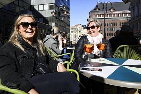Tytär Kaisu Vironen ja äiti Kati Hämäläinen iloitsivat terassien avautumisesta Ravintola Kiilan terassilla.