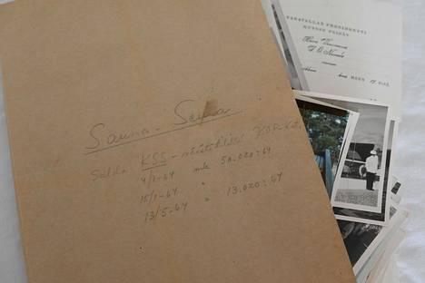 Jätesäkistä löytyi kansio, josta pilkotti kuvia ja papereita.