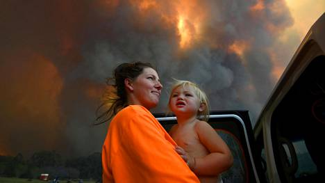 Sharnie Moren ja hänen 1-vuotias Charlotte-tyttärensä katselivat, kun liekit ja savu nousivat Coffs Harbourin liepeillä Australiassa.