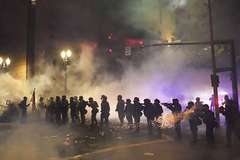 Poliisi käyttää joukkojenhallintaan kyynelkaasua, tainnutuskranaatteja ja kumiluoteja.
