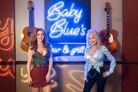 Julianne Hough ja Dolly Parton sarjan kulisseissa.