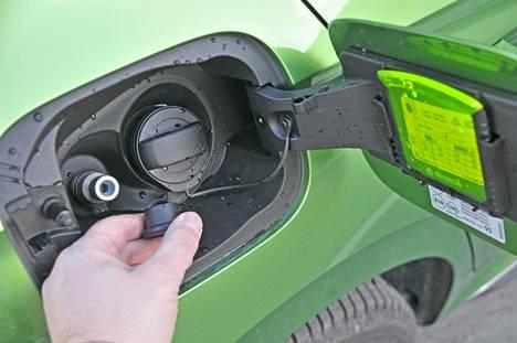 Maa- tai biokaasu eli metaani työnnetään auton tankkeihin 200 barin paineella.