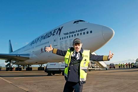 Bruce Dickinson kouluttautui 90-luvulla lentäjäksi. Hän lentää itse Iron Maidenin Boeing-lentokonetta.