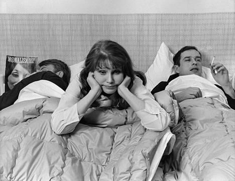 Sven-Bertil Taube, Ritva Vepsä ja Jörn Donner elokuvassa Sixtynine 69, joka kertoo pariskunnan syrjähypyistä.