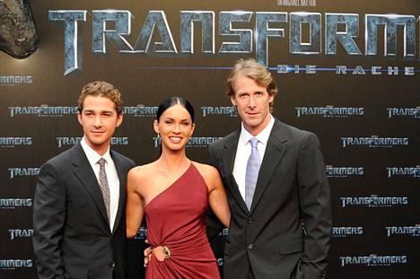 Shia LaBeouf ja Megan Fox olivat Transformers-elokuvan tähdet. Oikealla ohjaaja Michael Bay.