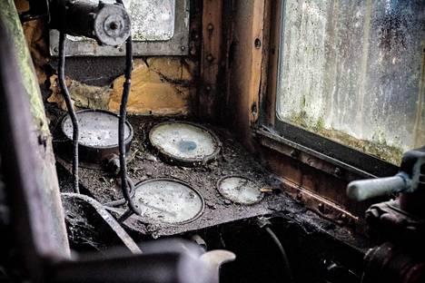 Pahoin rapistunut juna ei ole kokenut vakavaa vandalismia, sillä muun muassa sen mittarien lasit ovat ehjiä.