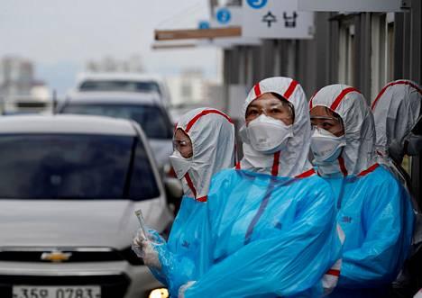 Lääkintähenkilökunta odotti autoillaan testattavaksi tulevia Daegussa sijaitsevan terveyskeskuksen edustalla maaliskuun alussa.