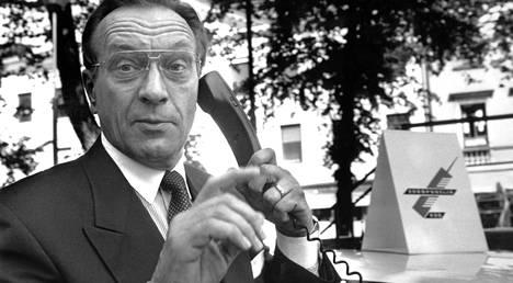 Harri Holkeri avaa GSM-linjan ja puhuu GSM-puhelun. Se oli kuitenkin vasta toinen GSM-puhelu maailmassa.