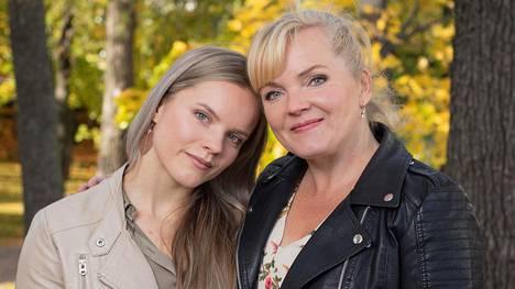 Ada Forsberg myöntää, että äidin julkisuus on välillä tuntunut häkellyttävältä. –Hän on kuitenkin ollut minulle aina tavallinen äiti.
