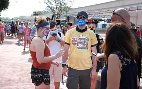 Ihmisiä jonottamassa Disney World -puistoon Floridan Orlandossa.