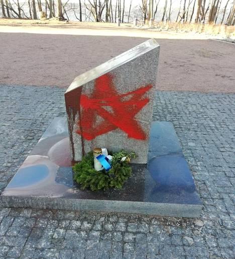 Koiviston sankarihautausmaan muistopaasin kylkeen oli piirretty punatähti. Paaden tekstin päälle oli kaadettu paksua punaruskeaa maalia.