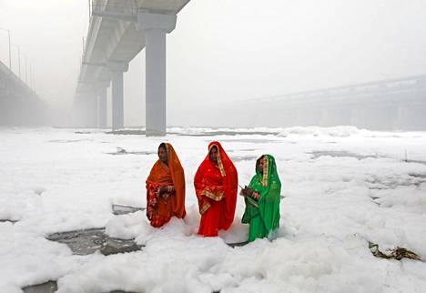 Yamuna-joen vaahto kertoo joen saastumisesta.
