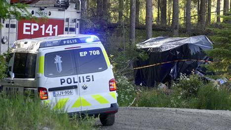 Kuva Pohjanmaa-rallin ensimmäisen erikoiskokeen onnettomuuspaikalta kesäkuulta 2018. Onnettomuusauto vuorattiin pressulla.