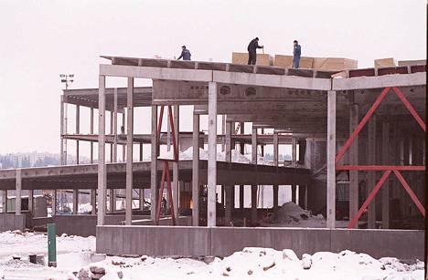 Espoon Ikean rakennustyömaa tammikuussa 1996. Myymälän avajaisia vietettiin saman vuoden syyskuussa.