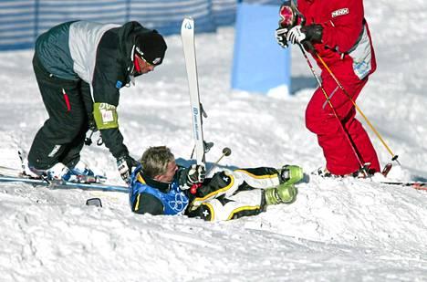 Janne Lahtela osoitti kylmäpäisyytensä Salt Lake Cityssä 2002, kun hänen suksensa irtosi harjoituksissa kesken hypyn: Lahtela päätti suojella leikattuja polviaan ja tuli tarkoituksella olkapää edellä kivikovaan rinteeseen.