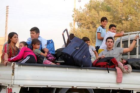Kurdit pakenivat kodeistaan Ras al-Einissä Pohjois-Syyriassa torstaina.