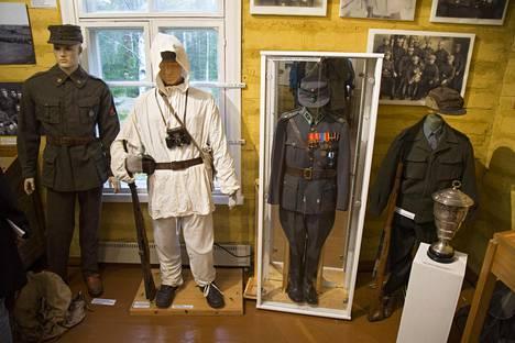 Rautjärven Kollaa ja Simo Häyhä -museossa on esillä kokoelma Häyhän sotilaspukuja.