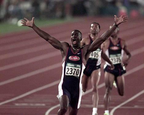 Michael Johnson urheilu-uransa huipulla Atlantan olympialaisissa 1996. Hän voitti 200 metrillä kultaa silloin käsittämättömällä ME-ajalla 19,32.