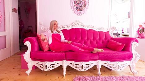 """Johanna """"Pinksu"""" Marjomaa asuu pinkissä kodissa. Muu olisi mahdottomuus."""