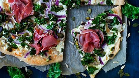 Valkoinen peltipizza on tyylikäs ja riittoisa herkku, joka maistuu esimerkiksi glögin kanssa.
