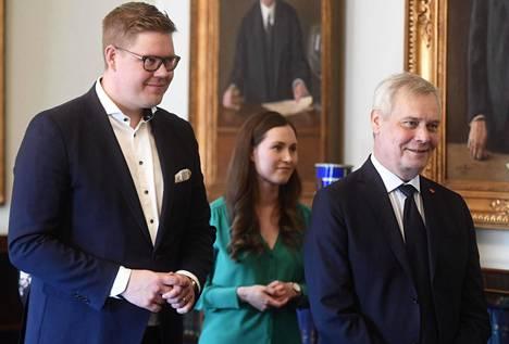 Sdp:n eduskuntaryhmän puheenjohtaja Antti Lindtman (vas.), Sanna Marin ja Antti Rinne hymyilivät vielä toukokuussa odottaessaan keskustan edustajia hallitusneuvotteluihin.