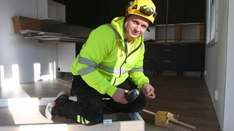 Virolainen kirvesmies Mait Mosona on rakentanut viime kuukaudet luhtitaloasuntoja Tampereen Vuoreksessa. Maanantaina hän muun muassa ruuvasi ovenkarmeja yhteen.
