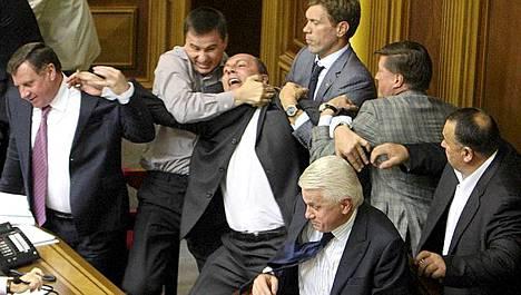 Ukrainan parlamentin puhemies Volodymyr Litvin (alla) ei pystynyt estämään rysyä.