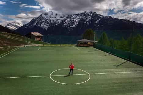 Jalkapallon EM-kisat siirrettiin, mutta sveitsiläinen Gsponin kylä aikoo järjestää kesällä Euroopan vuoristokylien mestaruuskisat paikallisella Ottmar Hitzfeld GsponArenalla. Liki 2000 metrin korkeudessa sijaitseva kenttä kuoriutuu lumesta yleensä vasta toukokuussa. Keskiympyrässä kisojen puuhamies Fabian Furrer.