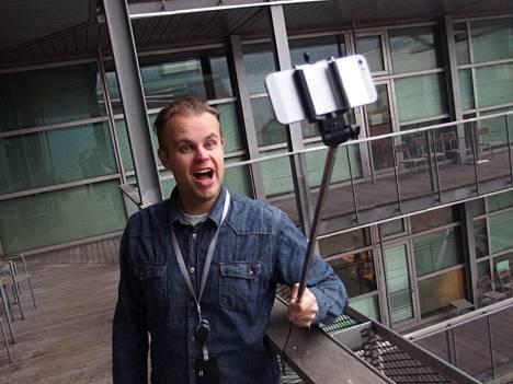 Ilta-Sanomien sometuottaja Matti Markkola kokeilee perinteistä selfiekeppiä. Ilta-Sanomat on osa samaa Sanoma-konsernia kuin Digitoday.