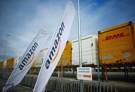 Saksan Dortmundissa sijaitsevan Amazonin logistiikkakeskuksen edessä on runsaasti DHL:n kontteja.