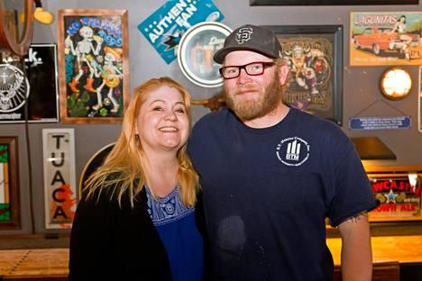 Pia Laine nykyisen aviomiehensä, Terrance Kingin kanssa Filthy McNasty's -irlantilaispubissa, jossa he kohtasivat seitsemän vuotta sitten.