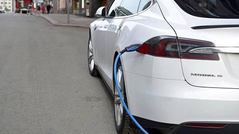 Tähän kehitys vie: suomalaistenkin seuraavassa uudessa autossa saattaa hyvin todennäköisesti tulla mukana lataustöpseli.