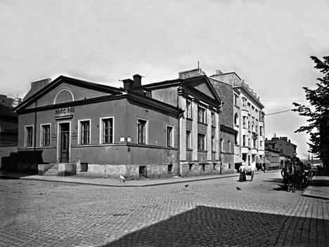 4. Mariankadun ja Kirkkokadun risteys vuonna 1913.