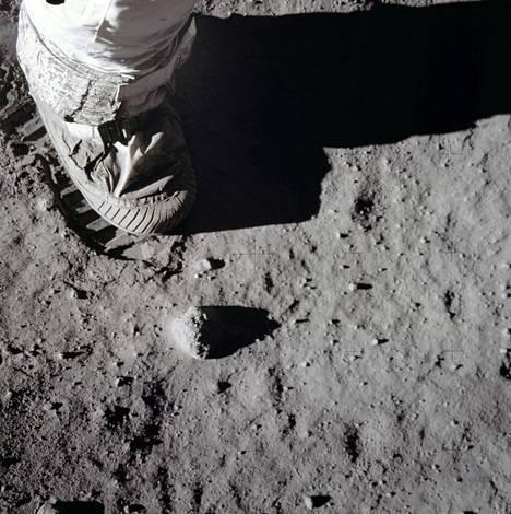 Kuvassa astronautti on jättämässä jälkeä ulkosaappaallaan Kuun pintaan.