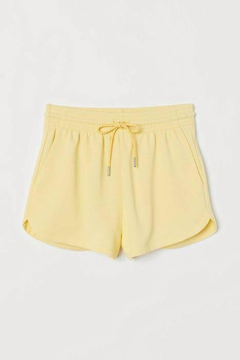Keltainen on ihastuttava ja persoonallinen kesäväri. 9,99 €, H&M.