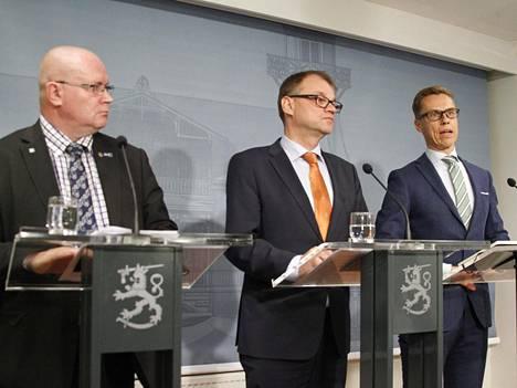 Työministeri Jari Lindström (vas.), pääministeri Juha Sipilä ja valtiovarainministeri Alexander Stubb.