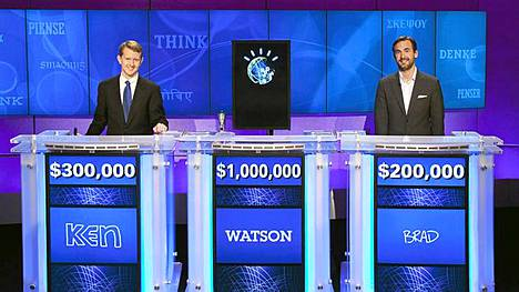 Ken Jennings ja Brad Rutter poseerasivat voittajansa Watsonin kanssa.