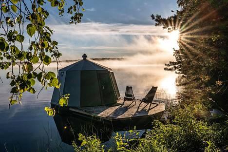 Arctic Guesthouse & Igloos Ranualla majoittaa asiakkaita lasi-igluihin, joilla ajetaan järvelle nukkumaan.