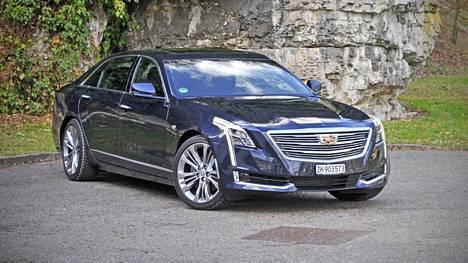 MODERNI. Uusi Cadillac CT6 ei ole tippaakaan ylensyöneen näköinen, vaan virtaviivaisen sutjakka ja nykyaikaisen suorituskykyinen.