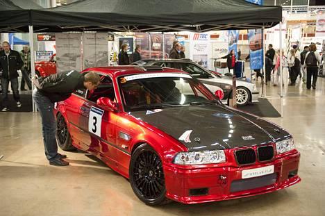 Mies tutki BMW:tä automessuilla 2012. Kuvan auto ei liity juttuun.