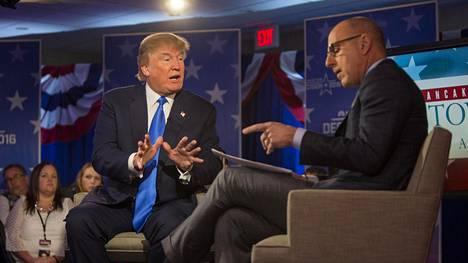 Donald Trump toimittaja Matt Lauerin jututettavana vaalitilaisuudessaan.