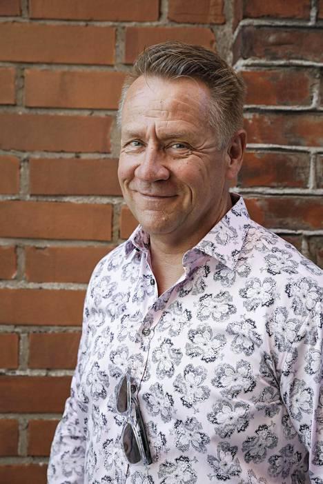 –Elämässäni on viimeisen vuoden aikana tapahtunut paljon positiivisia juttuja. Yö-yhtyekin elää kokonaan uutta arkea, Olli Lindholm sanoo.