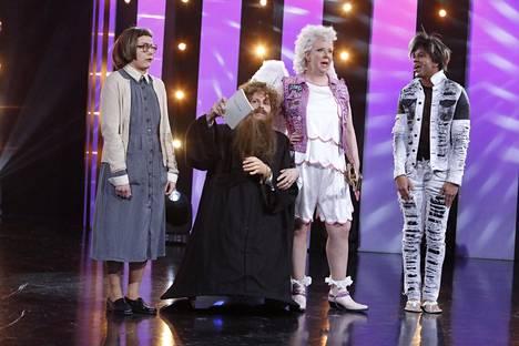 Jaksossa pois putosi Jenni Kokanderin hahmo Amurin enkeli (kolmas vasemmalta).