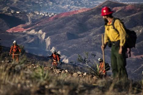 Palomiehet ja vangit taistelevat Kaliforniassa useita laajoja maastopaloja vastaan.