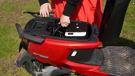 Sähkömopon ajoakun voi ottaa tyypillisesti mukaan ja ladata kotona. Tässä laitteessa akku sijaitsee istuimen alla.