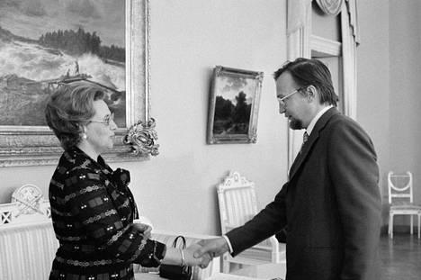 Kulttuuriministeri Marjatta Väänänen luovutti Paavo Haavikolle Valtion kirjallisuuspalkinnon toukokuuusa 1975.