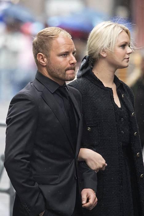 Hautajaisvieraiden joukossa oli myös Valtteri Bottas vaimonsa Emilian kanssa.